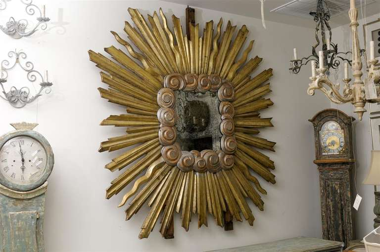 Exquisite Large Size Italian Gilt Sunburst Mirror from the Early 19th Century In Good Condition For Sale In Atlanta, GA