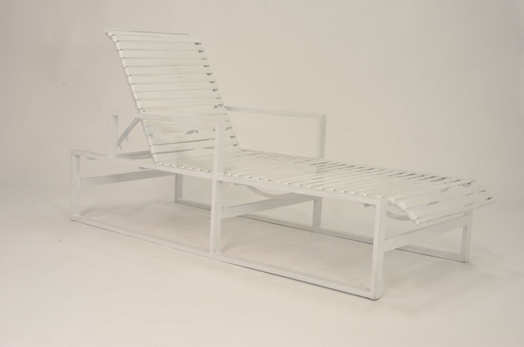 A pair of aluminum architectural chaise lounges at 1stdibs for Chaise longue textilene alu
