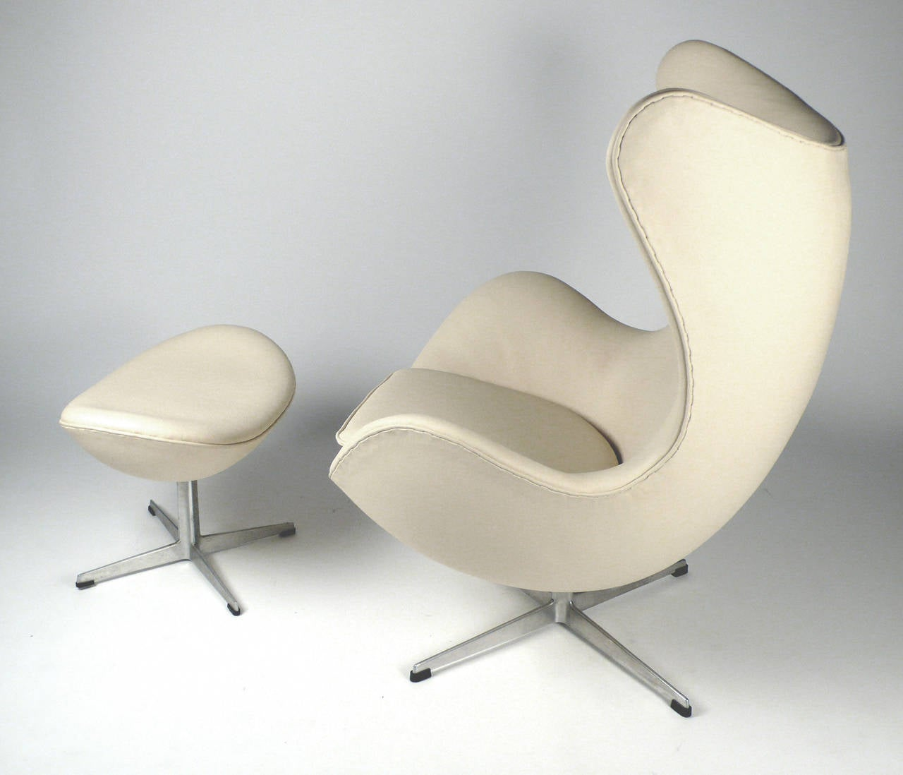 early production leather egg chair with ottoman by arne jacobsen at 1stdibs. Black Bedroom Furniture Sets. Home Design Ideas