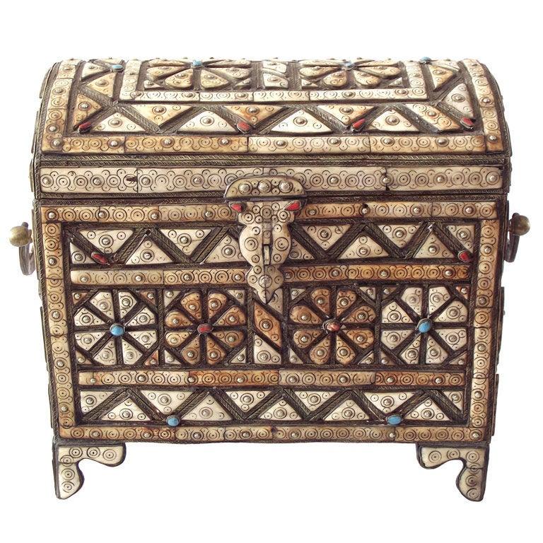 تزیین صندوقچه چوبی با گل و جواهرات و سنگهای رنگی تزیینی