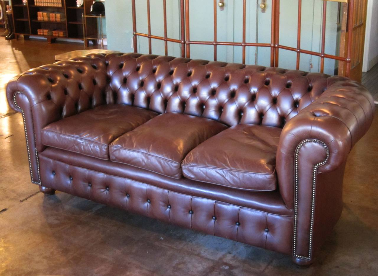 English Chesterfield Sofa of Tufted Leather For Sale 1