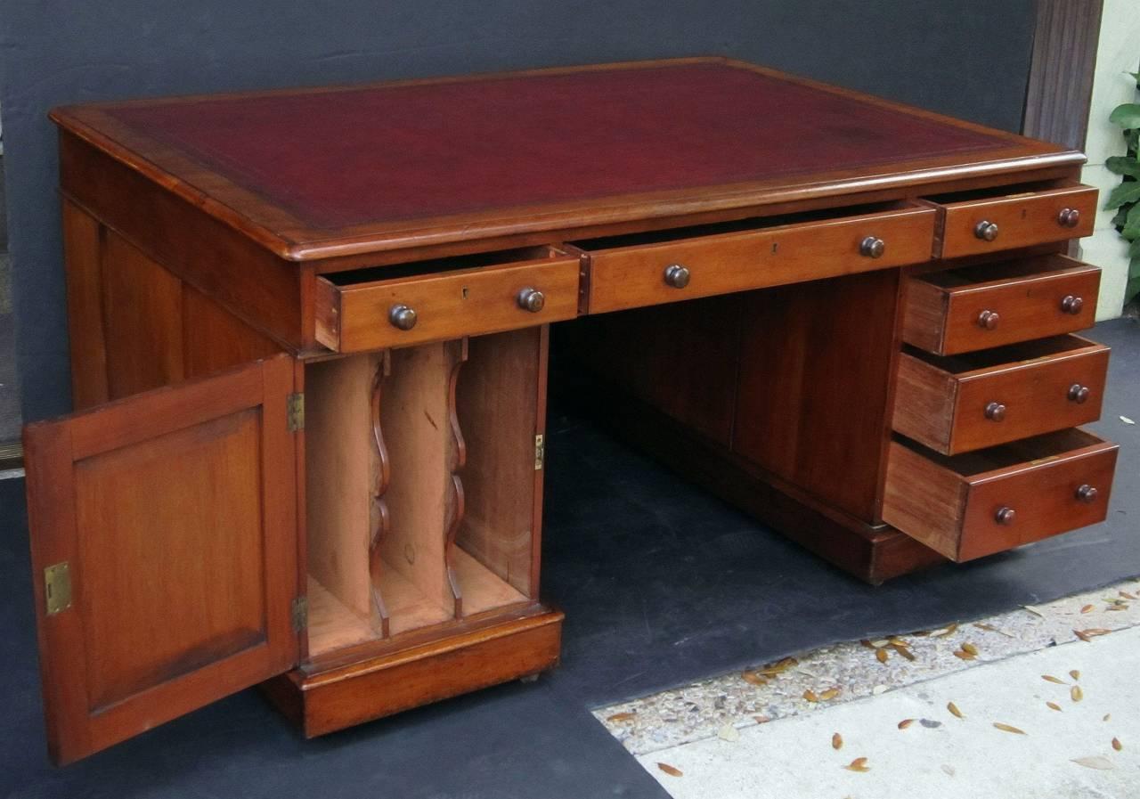 English Partner's Pedestal Desk of Mahogany 8