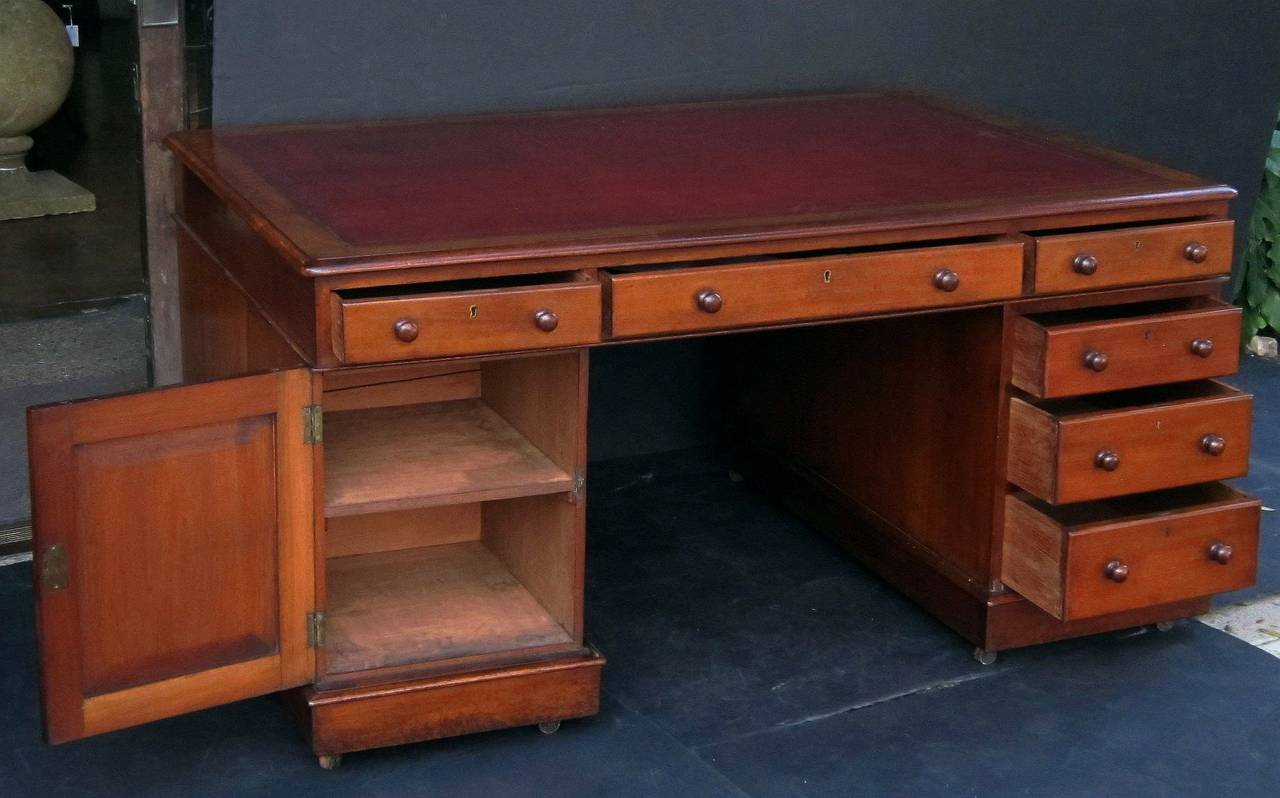English Partner's Pedestal Desk of Mahogany 10