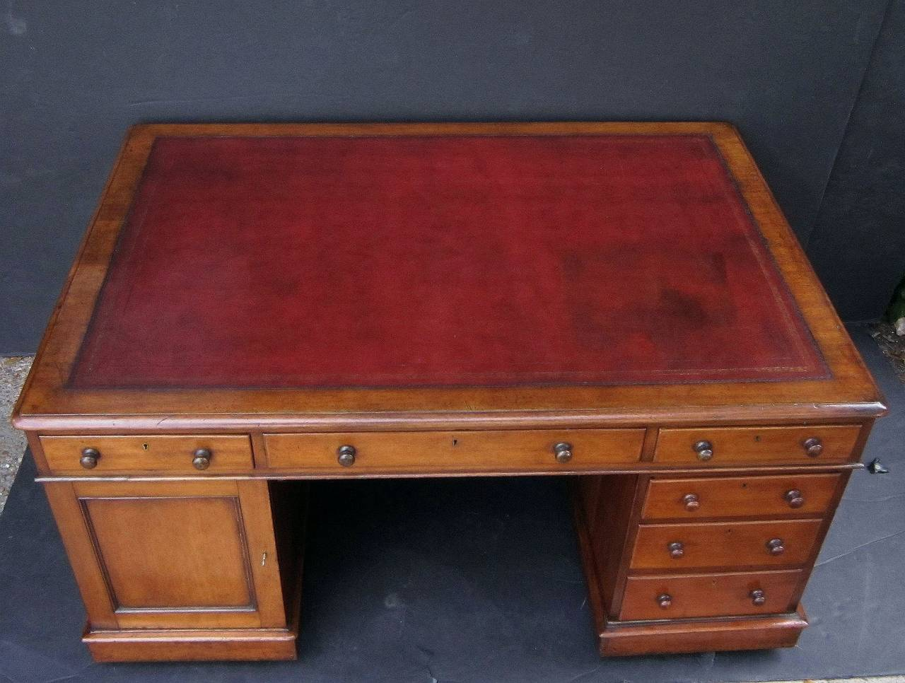 English Partner's Pedestal Desk of Mahogany In Excellent Condition For Sale In Austin, TX