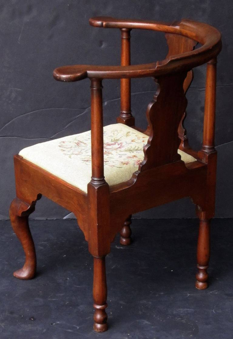 English Corner Chair from the Georgian Era In Excellent Condition For Sale In Austin, TX