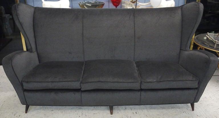 Sculptural Italian Sofa In Excellent Condition For Sale In Kilmarnock, VA