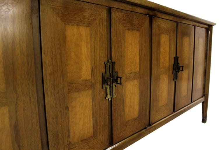 Mid Century Modern Burlwood Long Credenza Dresser Matching Mirror In Excellent Condition For Sale In Rockaway, NJ