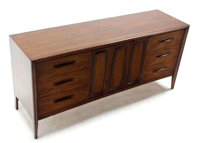 Mid-Century Modern Long Walnut Credenza Dresser In Excellent Condition For Sale In Elmwood Park, NJ