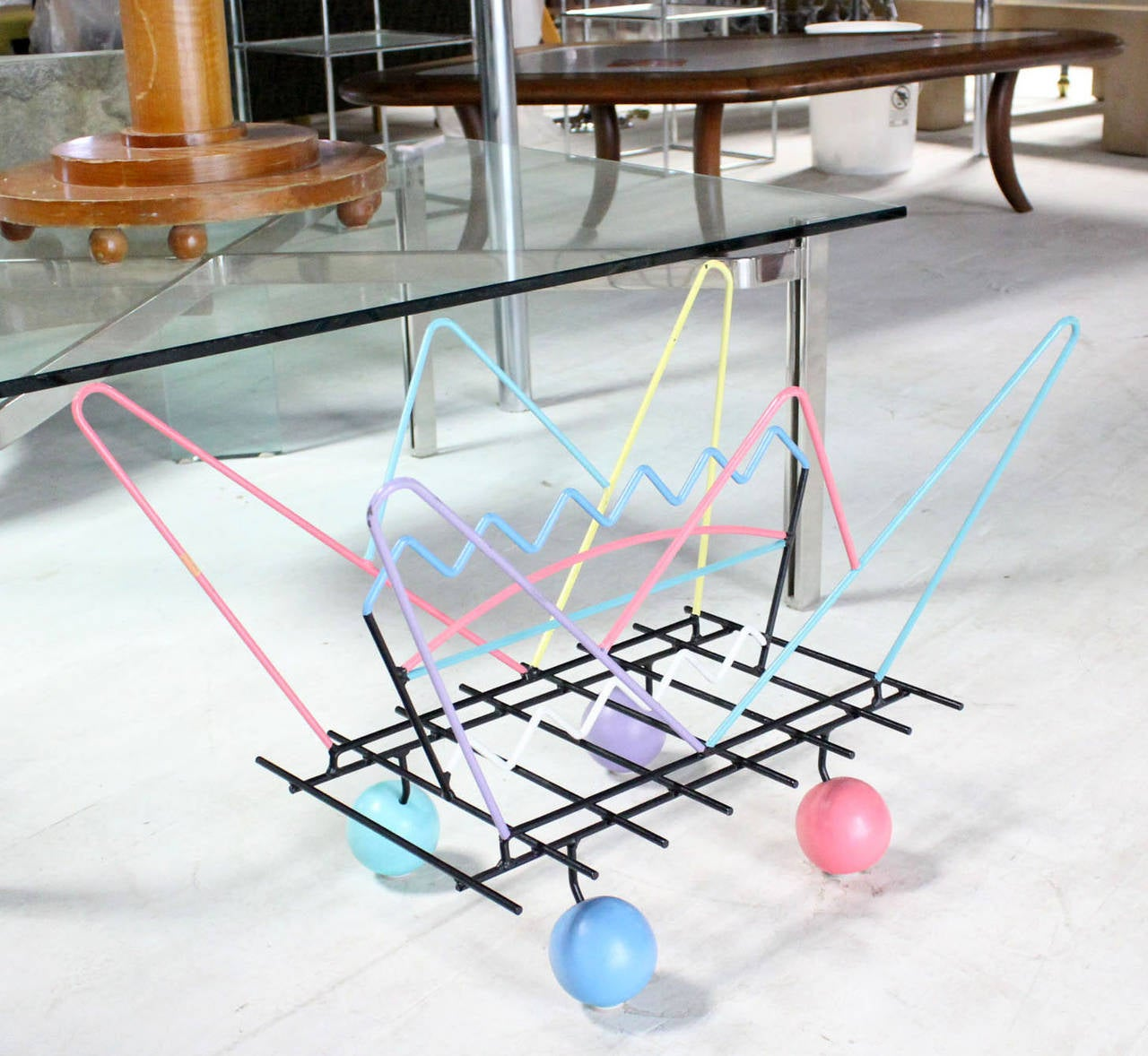 Memphis Style Art Magazine Rack Bent Wire In Excellent Condition For Sale In Blairstown, NJ
