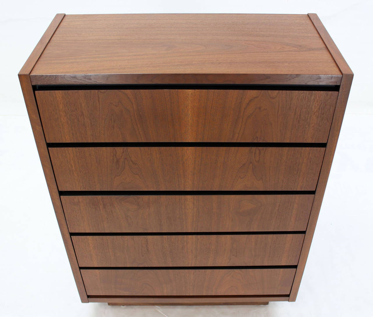 Mid Century Modern Walnut High Chest of 5 Drawers Dresser In Excellent Condition For Sale In Elmwood Park, NJ
