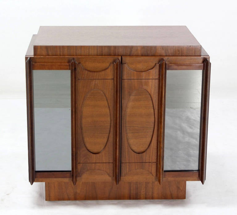 Mid-Century Modern Oiled Walnut Night Stand or End Table For Sale 2