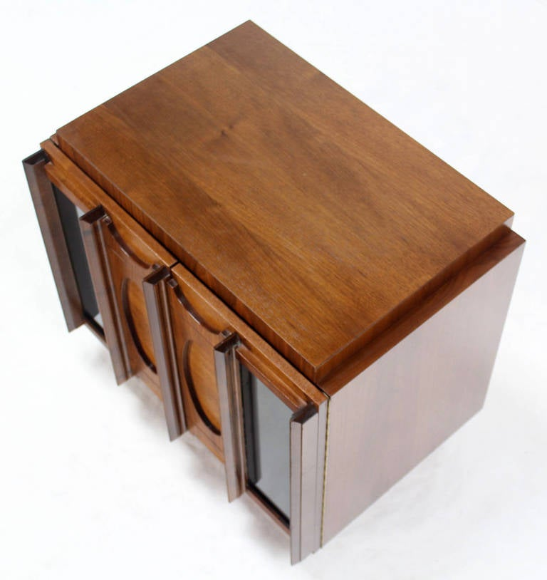 Mid-Century Modern Oiled Walnut Night Stand or End Table For Sale 3