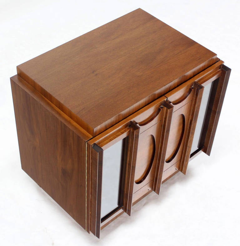 Mid-Century Modern Oiled Walnut Night Stand or End Table For Sale 4