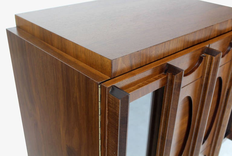 Mid-Century Modern Oiled Walnut Night Stand or End Table For Sale 5