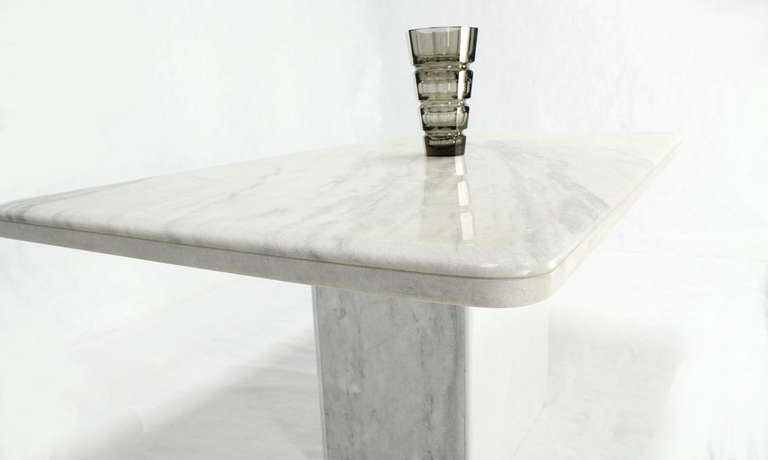 Mid-Century Modern Marble-Top Pedestal Dining Table For Sale 3