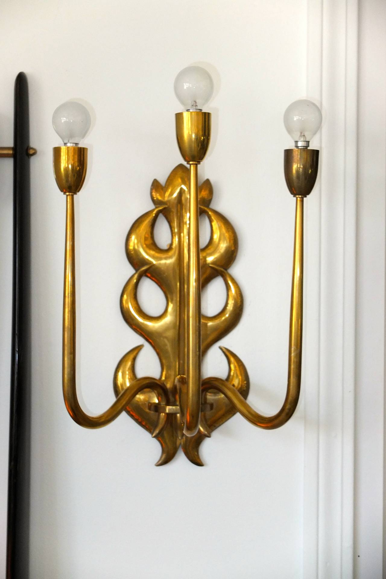 A single 1950s Italian brass three arm wall lamp in the manner of Gio Ponti and Tomaso Buzzi.