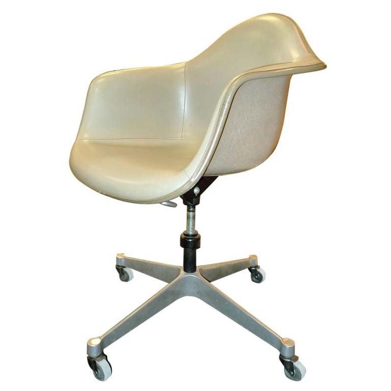 Eames Fiberglass Dash 99 Tilt Swivel Chair 1