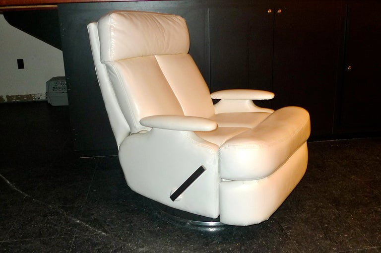 Pair of 1980's Reclining Swivel White Leather Lounge Chairs For Sale 2