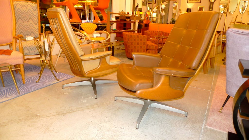Pair of Heywood Wakefield Swivel Lounge Chairs 8