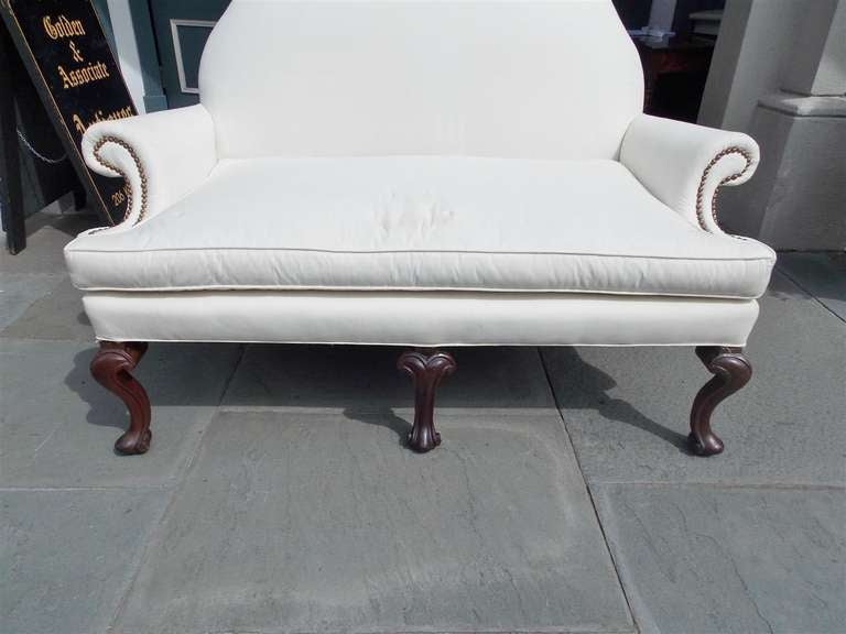 Hand-Carved English Mahogany Camel Back Settee Upholstered in White Muslin, Circa 1820 For Sale