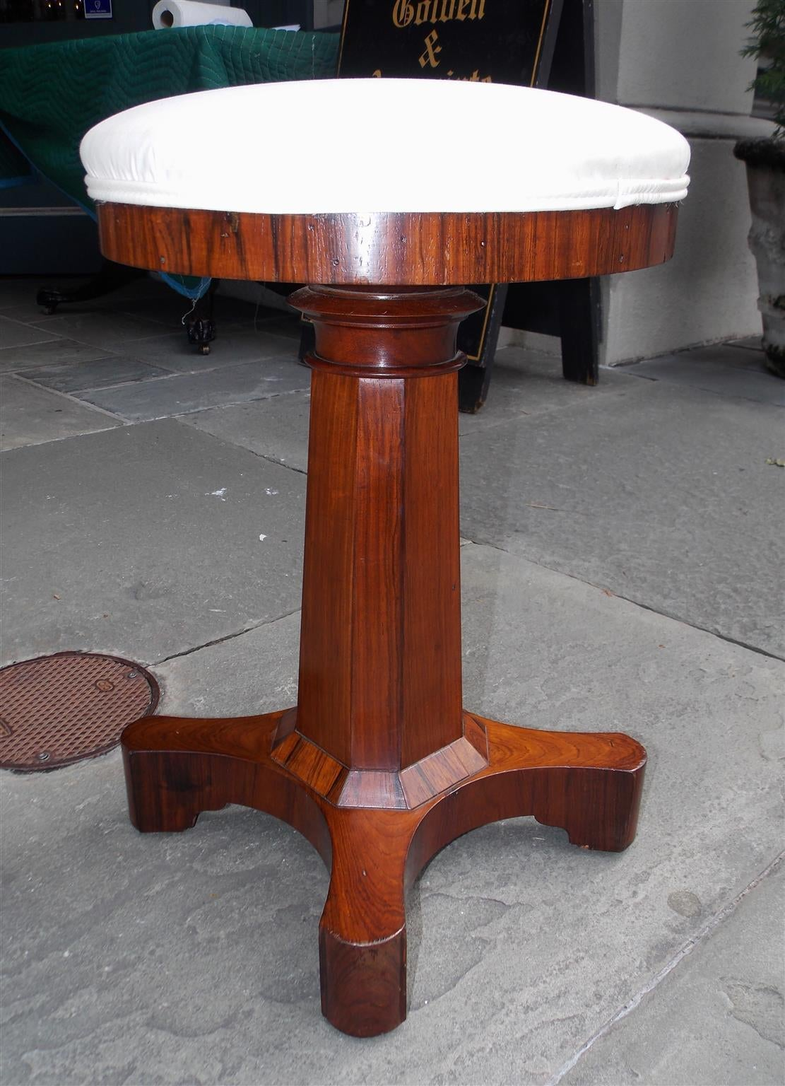American Kings Wood Octagonal Pedestal Harp / Piano Stool.  Circa 1830 In Excellent Condition For Sale In Charleston, SC