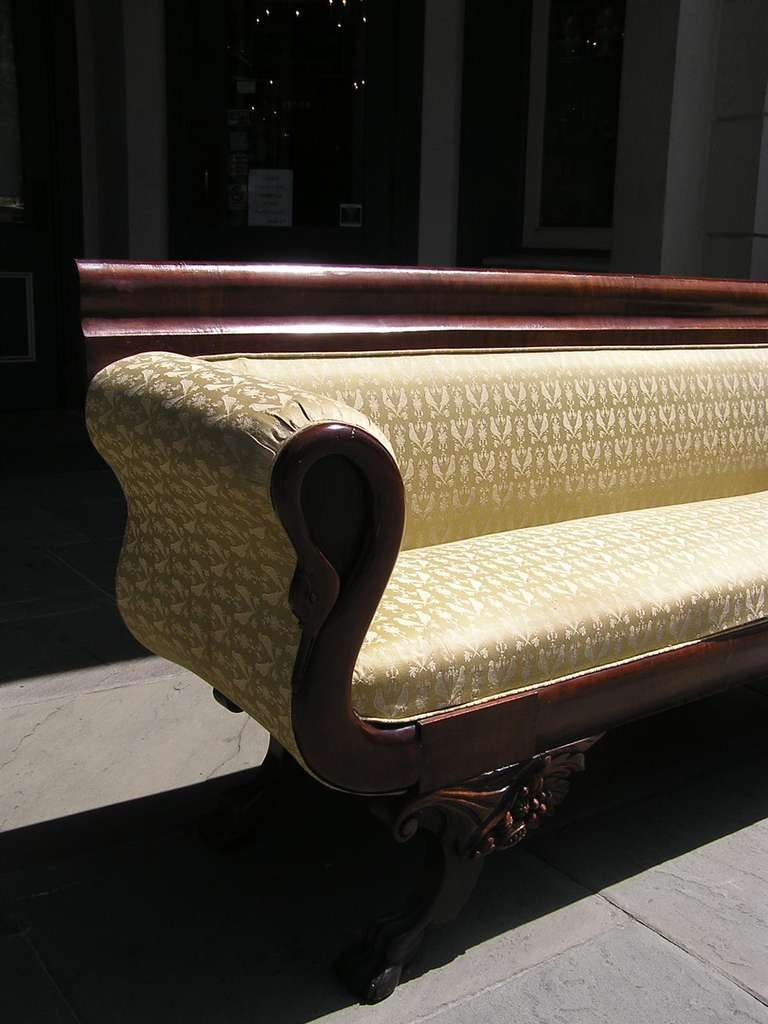 American Mahogany Classical Swan Sofa, Philadelphia, Circa 1815 In Excellent Condition For Sale In Charleston, SC