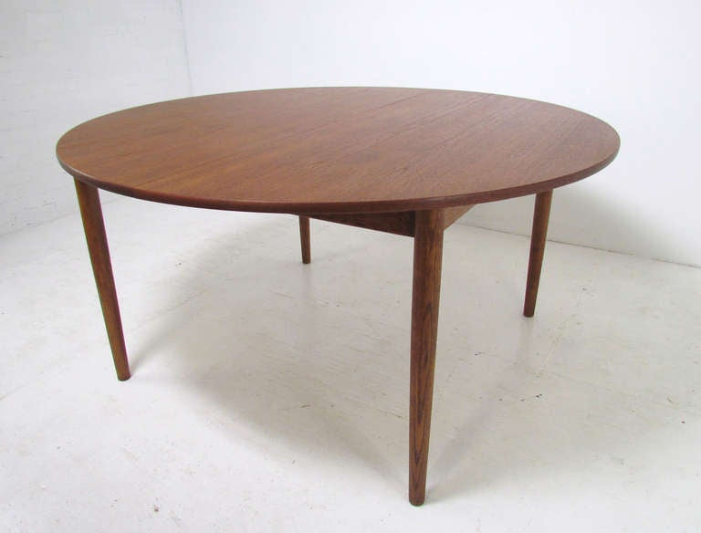 Danish Teak Large Round Expandable Dining Table by Ib  : kofodlarsendiningtableredo2l from www.1stdibs.com size 768 x 584 jpeg 24kB