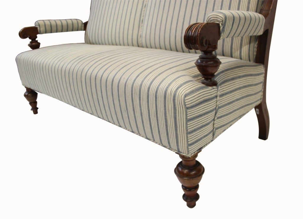 Victorian Settee In Good Condition For Sale In New York, NY