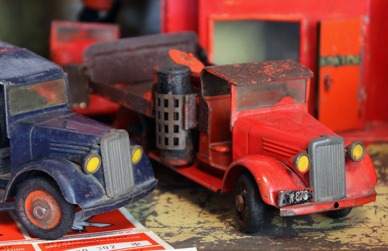 Large 1930's metal firehouse with fire engines and accessories 8