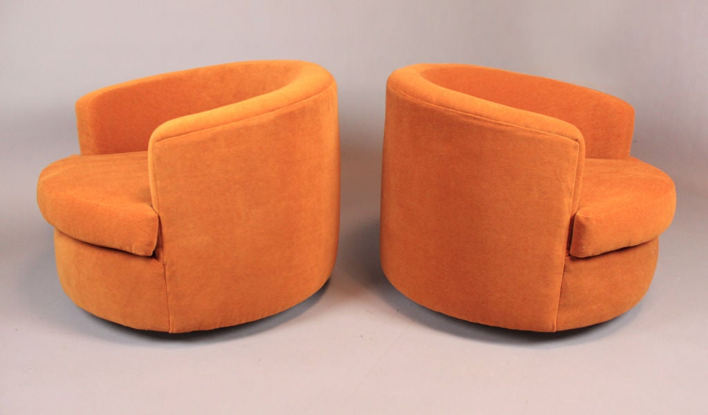 Pair Of Round Swivel Tub Chairs By Milo Baughman At 1stdibs