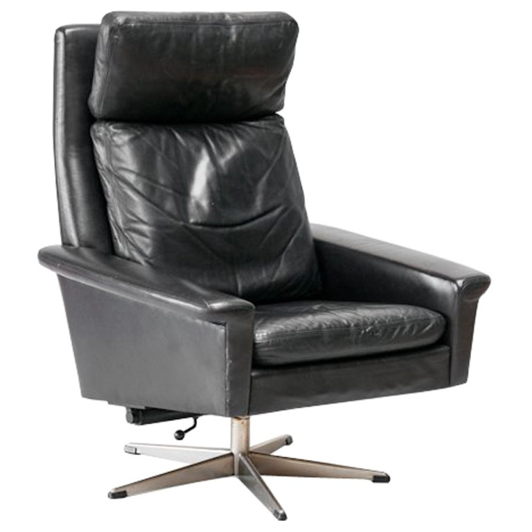 Mid century black leather swivel chair at 1stdibs for Swivel club chair leather