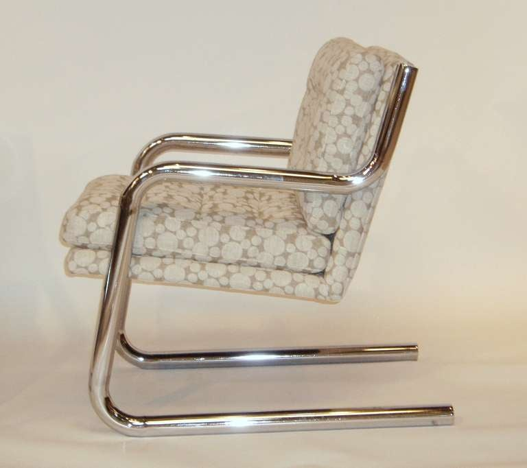 Pair of Mid Century Chrome Frame Chairs w/ Dotted Upholstery In Good Condition For Sale In New York, NY