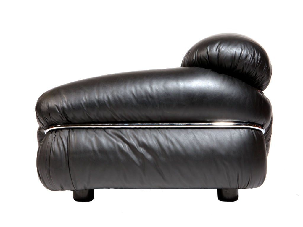 Mid-Century Modern Pair of Black Leather Lounge Chair by Gianfranco Frattini For Sale
