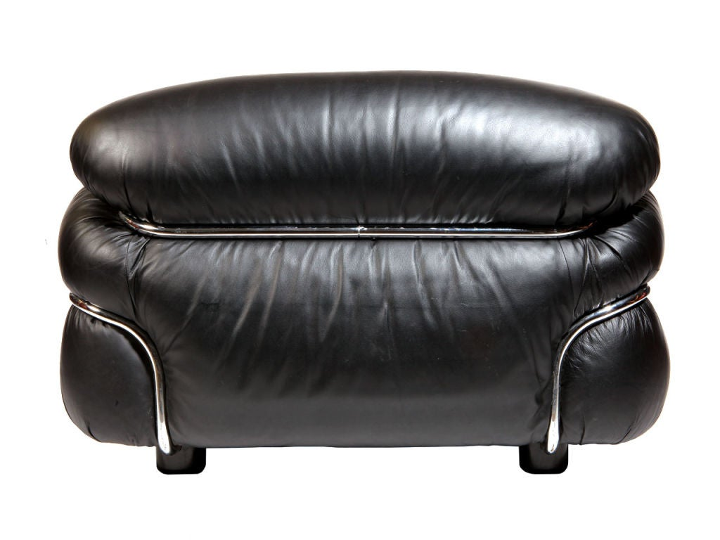 Pair of Black Leather Lounge Chair by Gianfranco Frattini In Excellent Condition For Sale In New York, NY