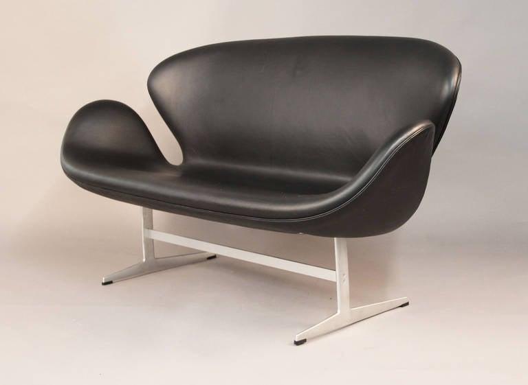 arne jacobsen swan sofa for sale at 1stdibs. Black Bedroom Furniture Sets. Home Design Ideas