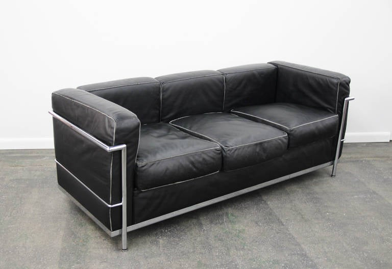 le corbusier lc2 sofa in chrome and leather at 1stdibs. Black Bedroom Furniture Sets. Home Design Ideas