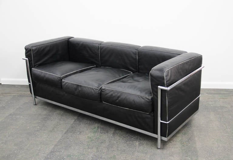 Le corbusier lc2 sofa in chrome and leather at 1stdibs for Le corbusier sofa