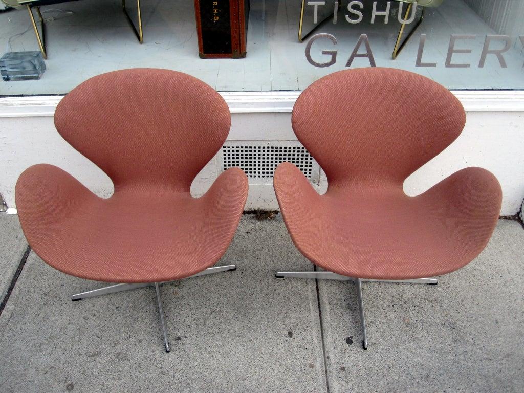 pair vintage swan chairs arne jacobsen fritz hansen at 1stdibs. Black Bedroom Furniture Sets. Home Design Ideas
