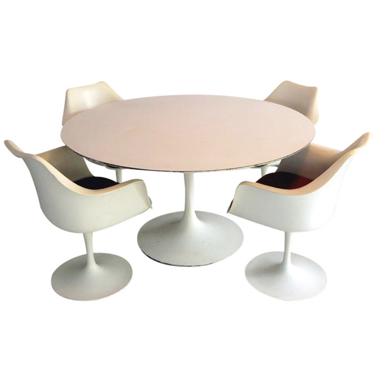 Large round tulip dining table with four tulip chairs for Large round dining room sets
