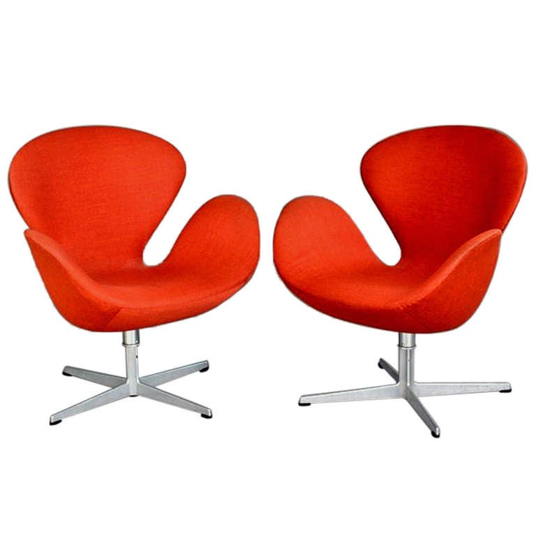 A pair of vintage danish swan chairs arne jacobsen fritz for Swan chairs for sale