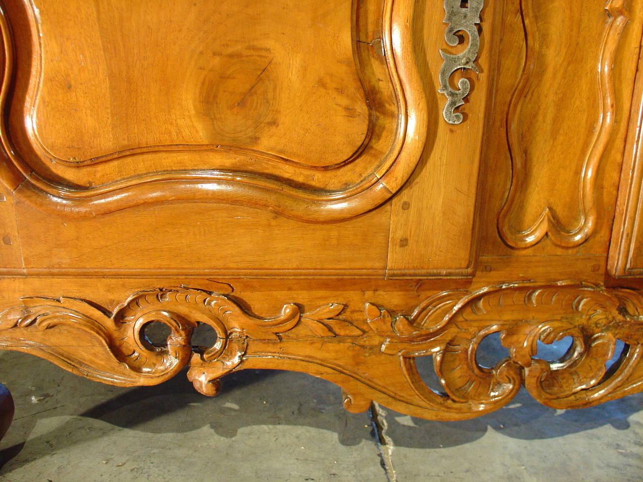 Exceptional Period Louis Xv Walnut Wood Nimoise Buffet