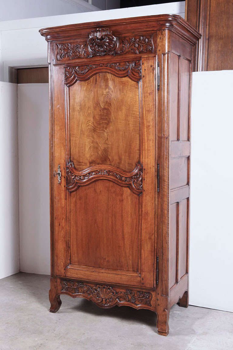 antique period louis xv walnut wood bonnetiere from lyon france for sale at 1stdibs. Black Bedroom Furniture Sets. Home Design Ideas