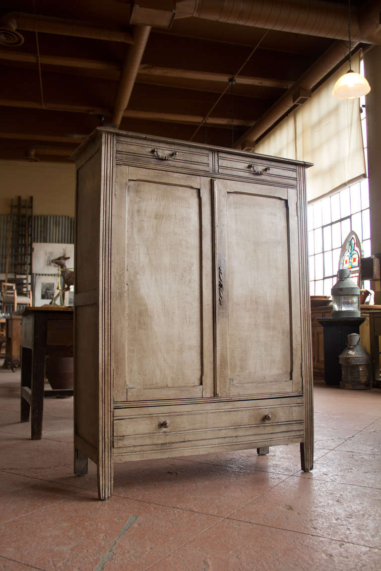 Vintage French Linen Cupboard In Good Condition For Sale In Calgary, Alberta - Vintage French Linen Cupboard At 1stdibs