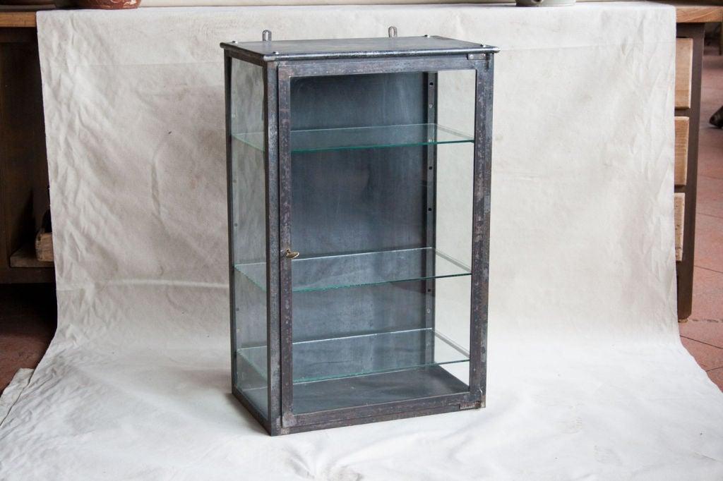 Beigefarbene Retro Vitrine : Vintage metal vitrine at stdibs