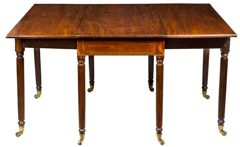 Mahogany Drop-Leaf Table with Eight Reeded Legs, Probably American, circa 1810 In Excellent Condition For Sale In Providence, RI