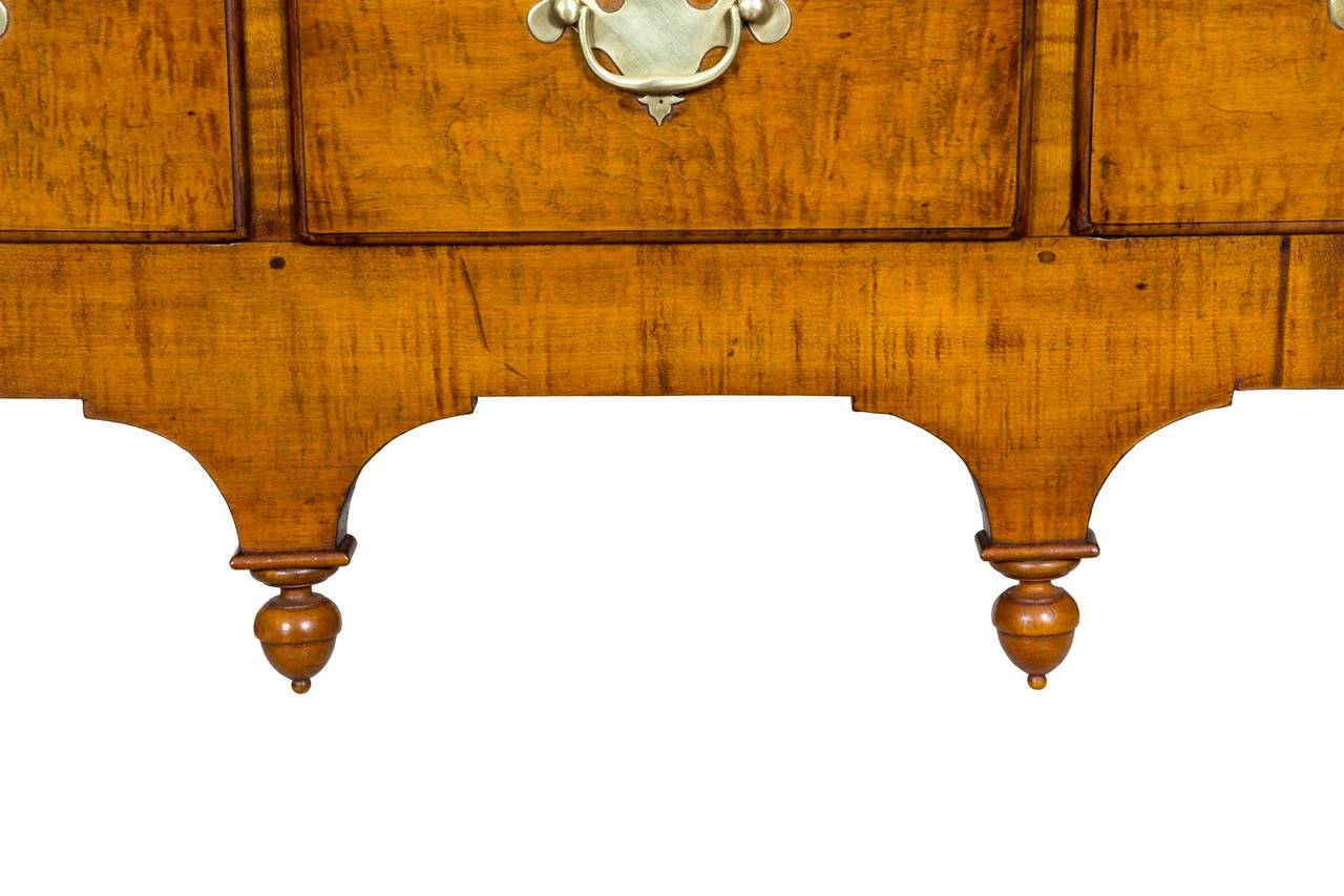 Tiger Maple Queen Anne High Chest with Bonnet Top, Massachusetts In Excellent Condition For Sale In Providence, RI