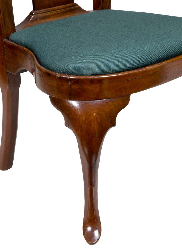 Pair of Walnut Queen Anne Side Chairs with Shell, Philadelphia, circa 1740-1760 For Sale 1