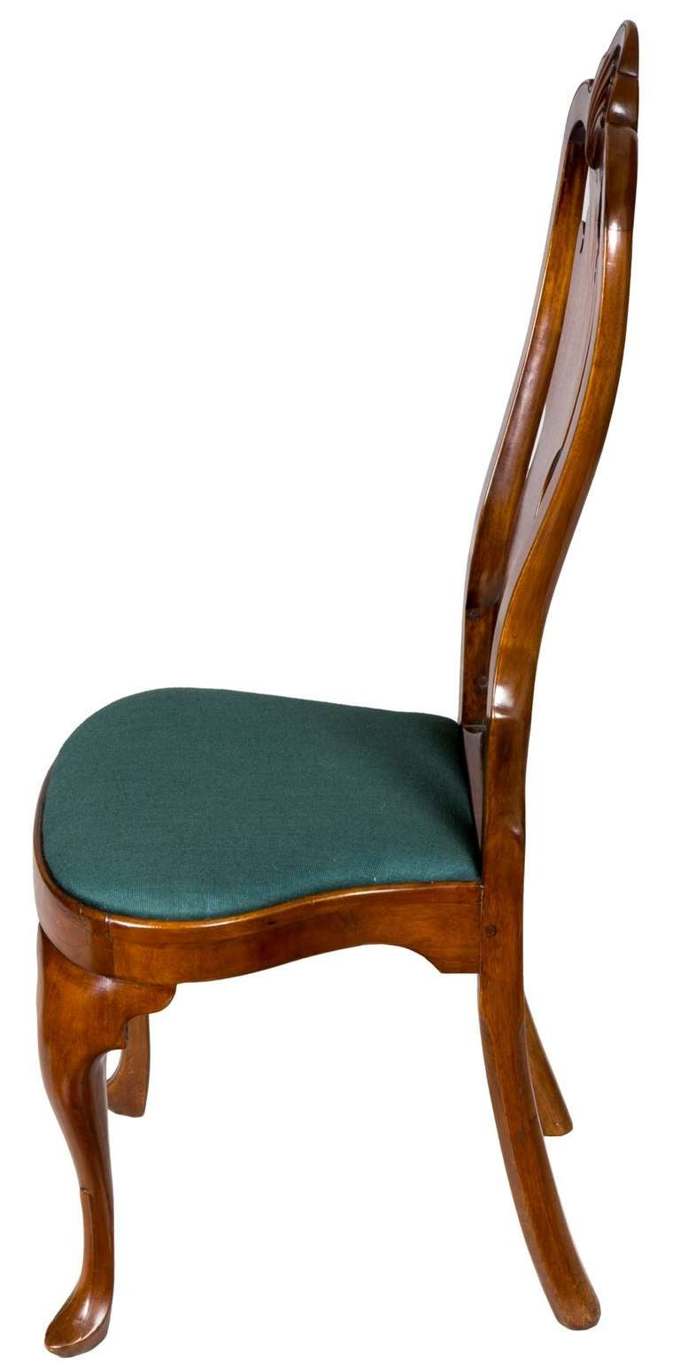 Pair of Walnut Queen Anne Side Chairs with Shell, Philadelphia, circa 1740-1760 For Sale 2
