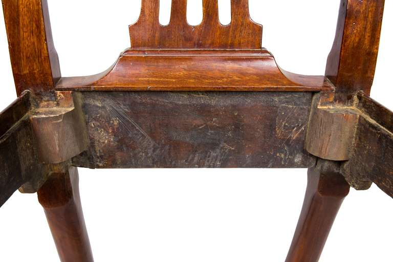Set of Four Mahogany Queen Anne Side Chairs, circa 1740-1760 For Sale 3