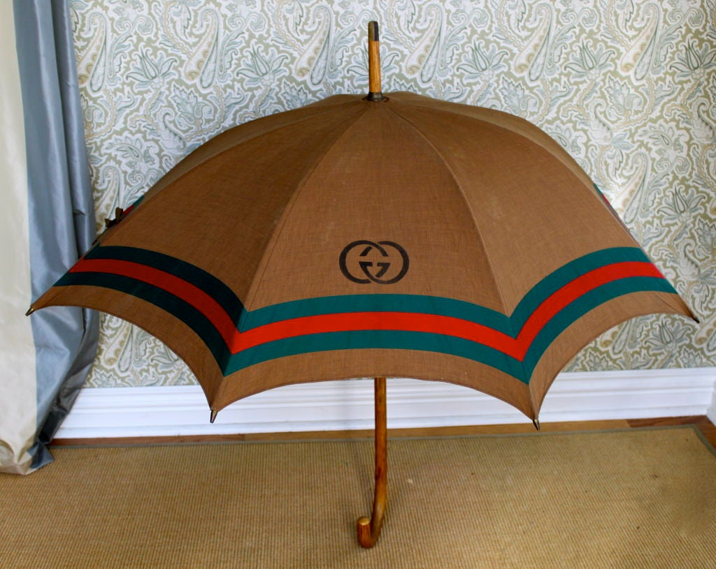 Beautiful vintage Gucci Umbrella with bamboo handle and ribs - in perfect condition - & Vintage Gucci Umbrella with bamboo Handle and Ribs at 1stdibs